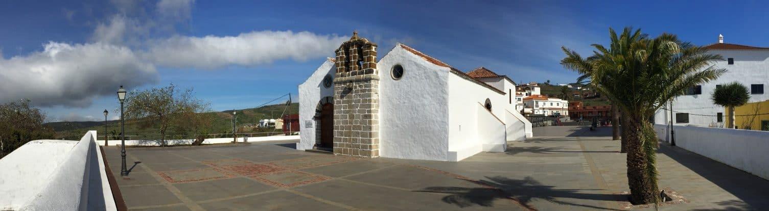 Kirche auf dem Platz in Chipude