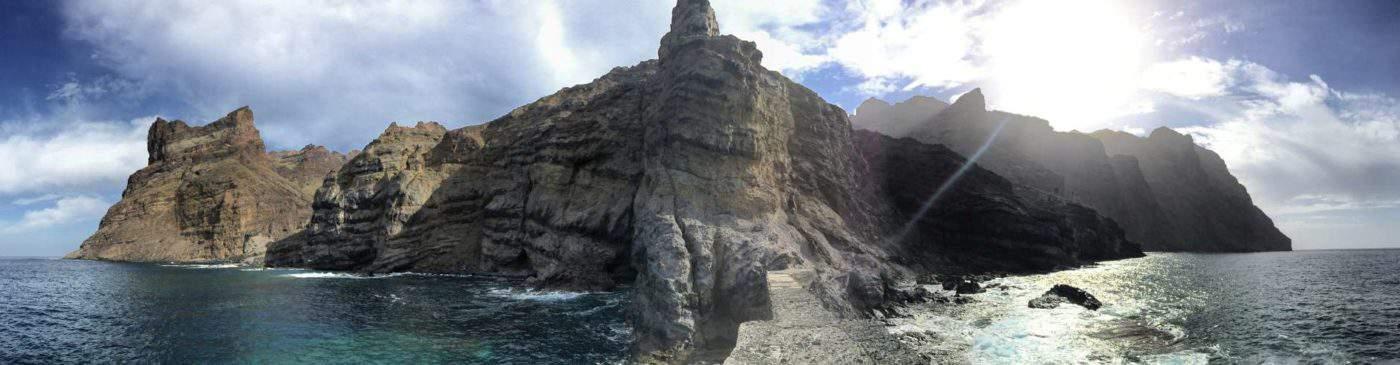 Blick von einem verlassenen Bootsanleger zurück auf La Gomera