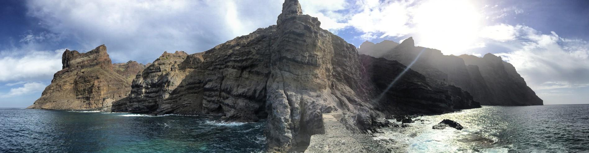 Vista desde un embarcadero abandonado de regreso a La Gomera